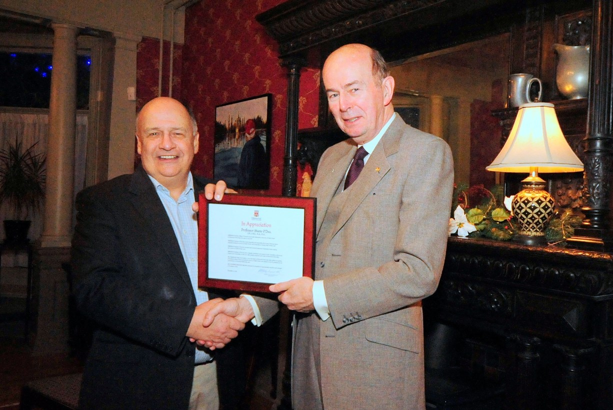 Dr. Kachanoski presents Prof. O'Dea with a framed Senate resolution recognizing his service.